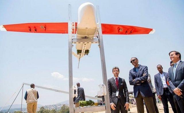 """Prezida Paul Kagame w'Urwanda (wa kabiri uvuye ibubamfu) atanguza igikorwa co gutanga amaraso hakoreshejwe """"drone"""""""