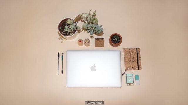 दफ़्तर में सजाई हुई मेज
