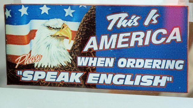 Cartel en un restaurante de Filadelfia que pide a los clientes que ordenen en inglés