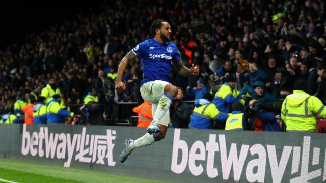 Theo Walcott celebrates his late winner for Everton against Watford