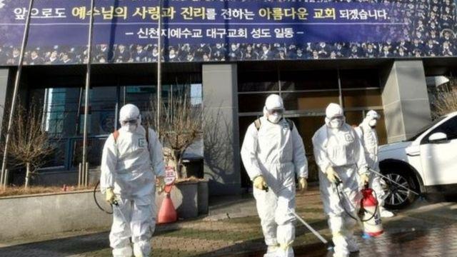 衛生防疫部門在韓國大邱新天地教會教堂及周邊地區進行消毒工作