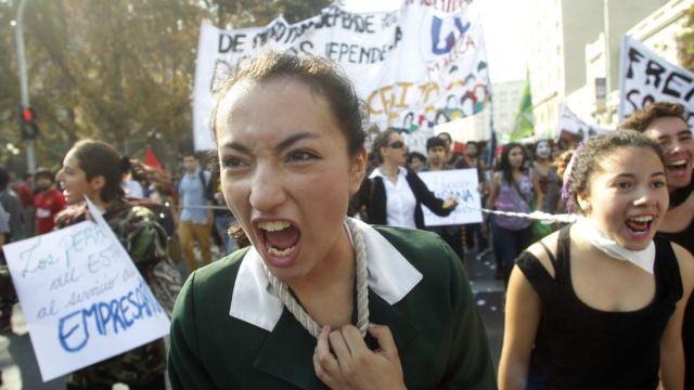 Una estudiante protesta en Chile