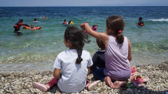 Niños mirando al mar.