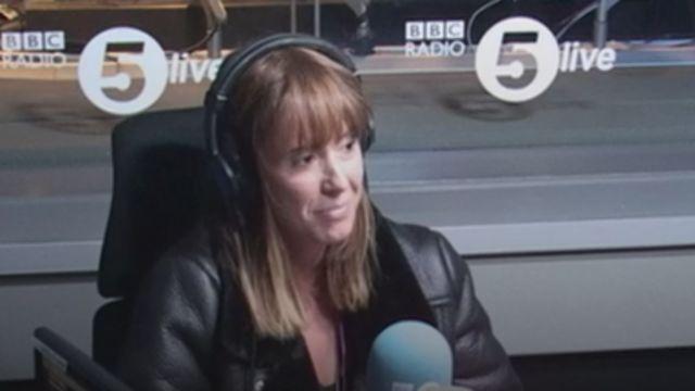 Lisa Upton en un estudio de radio de la BBC contando su experiencia.