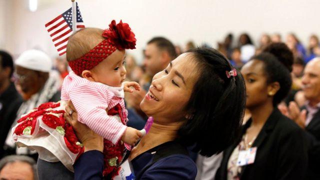 Một người phụ nữ gốc Thái cùng con gái tại lễ nhập tịch Hoa Kỳ