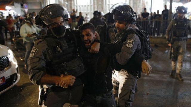 قوات الأمن الإسرائيلية تحتجز متظاهرا فلسطينيا في البلدة القديمة بالقدس، 29 أبريل/نيسان 2021