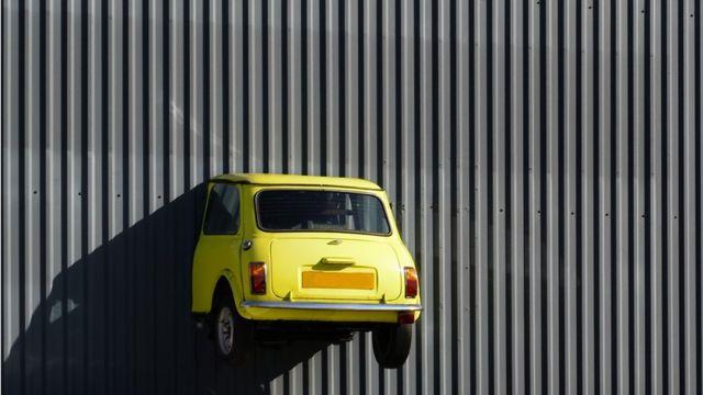 Mini estrellado contra pared
