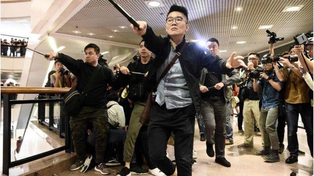 警方進入商場搜捕示威者。