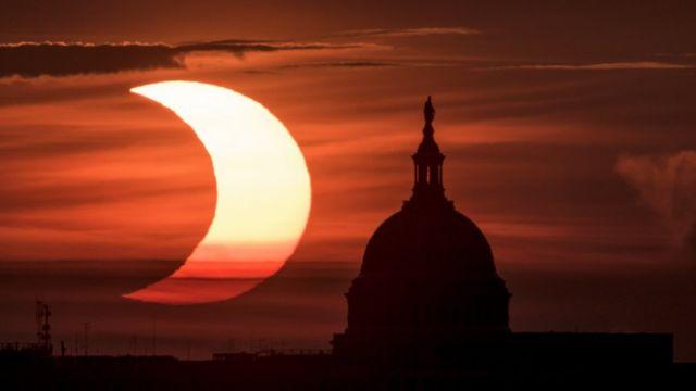 Вашингтонский Капитолий на фоне солнечного затмения
