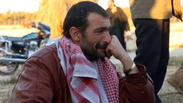 رجل يبكي بعد إجلائه من حلب