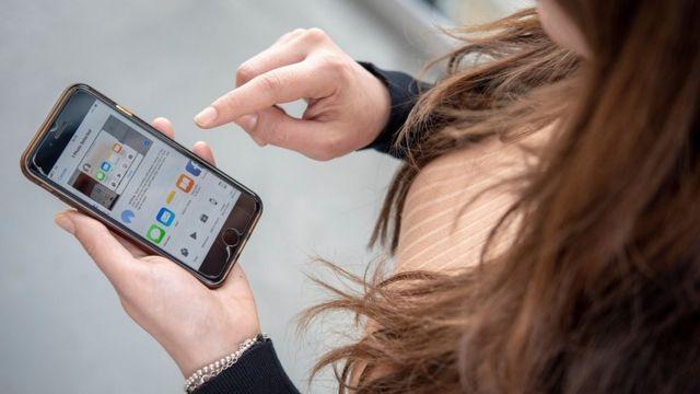 Jego dziewczyna zjada swojego penisa, nagrywając go za pomocą telefonu komórkowego - ksadamboniecki.pl