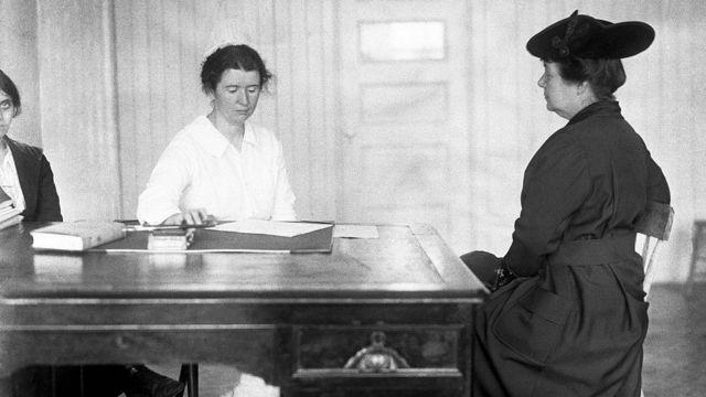Foto de Ethel Byrne, hermana de Margaret Sanger, atendiendo en la clínica