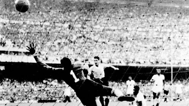 El gol de Juan Schiaffino en la final de la Copa del Mundo de 1950, en que Uruguay ganó 2-1 a Brasil, el locatario y favorito.
