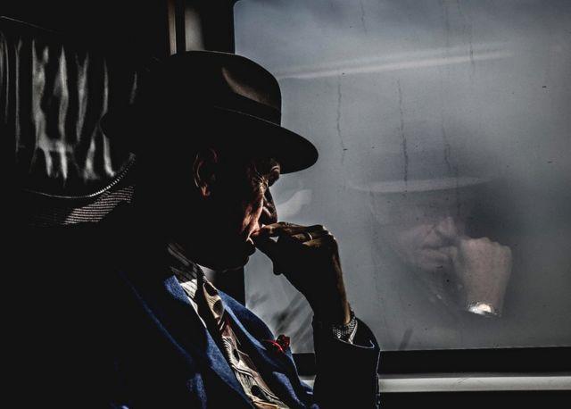 رجل ينظر من نافذة القطار