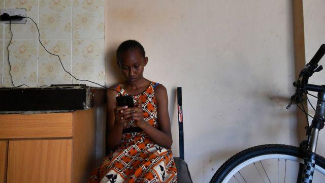 Une fille kenyane utilisant un smartphone