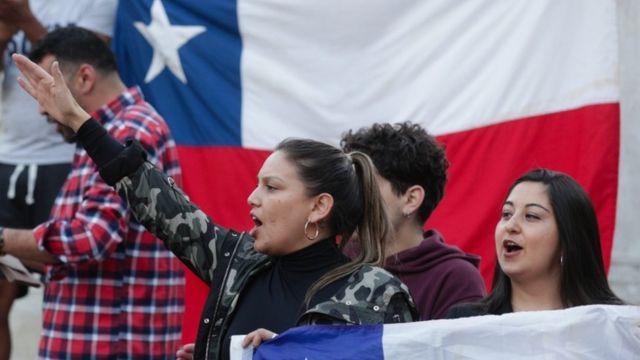 Dos mujeres en las protestas de Chile.