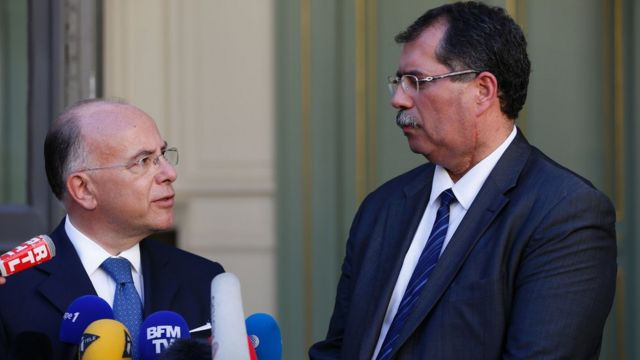 El ministro de Interior de Francia, Bernard Cazeneuve, y Anouar Kbibech