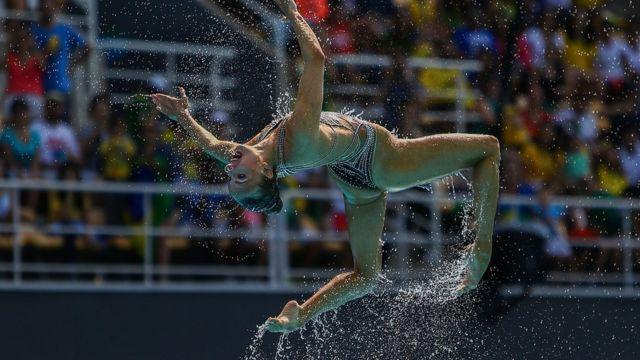 Участница российской команды синхронисток