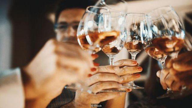 """外向者更喜歡用""""喝酒""""這個詞。"""