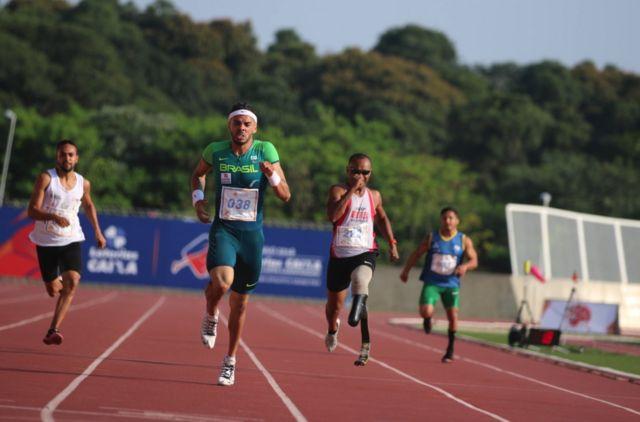 Atletas com deficiencias disputam corrida no atletismo