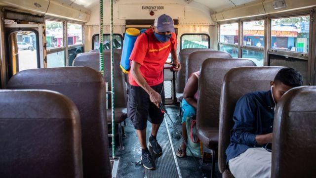Hombre desinfectando en Nicaragua