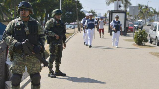 Soldados y marinos en calles de Acapulco