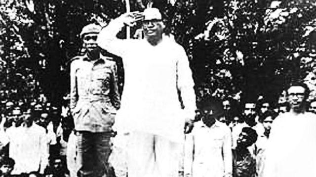 সম্মাননা নিচ্ছেন মুজিবনগর সরকারের ভারপ্রাপ্ত রাষ্ট্রপতি সৈয়দ নজরুল ইসলাম