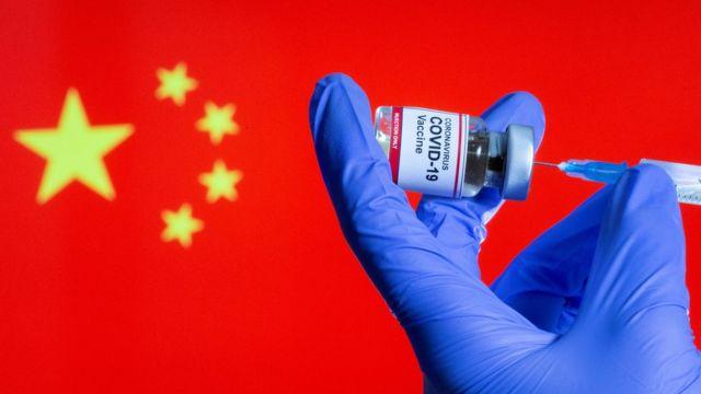 Imagen del diseño: una enfermera prepara la nueva inyección de vacuna corona frente a la bandera china