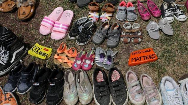 В последние несколько недель в память об умерших детях в другом интернате люди несли детскую обувь к месту страшной находки