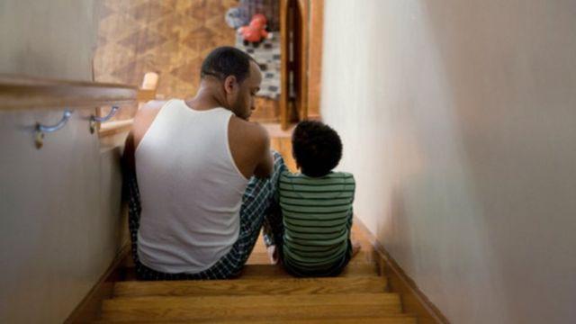Hombre hablando con su hijo