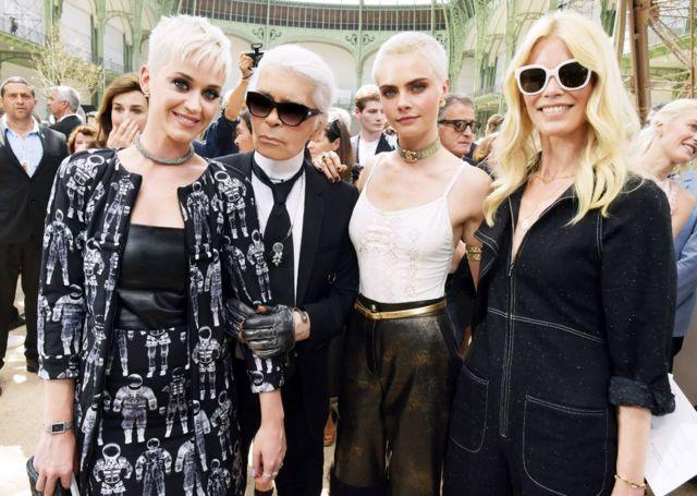 Keti Peri, Karl Lagerfeld, Kara Delevinj i Klaudija Šifer na Šanelovoj reviji jesen-zima 2017. godine u Parizu