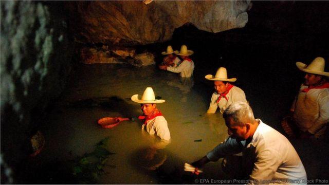 Integrantes da tribo Zoque participam do ritual de envenenamento dos peixes