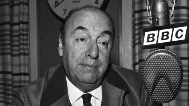 Pablo Neruda perto de microfone em uma entrevista para a BBC em 1965