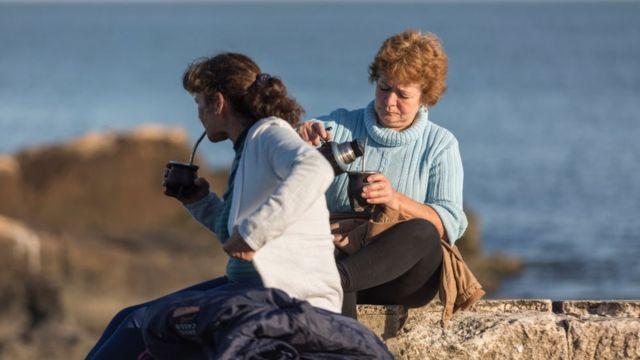 Dos mujeres tomando mate en Montevideo