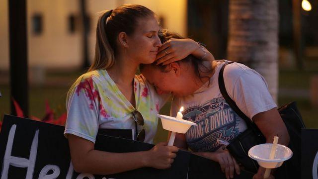 Две рыдающие девушки со свечами