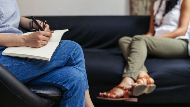 Dos mujeres en una consulta del psicólogo