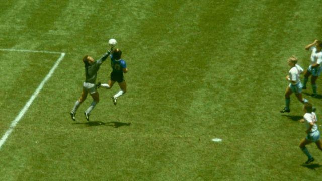 """Diego Maradona durante el famoso gol la """"Mano de Dios""""."""