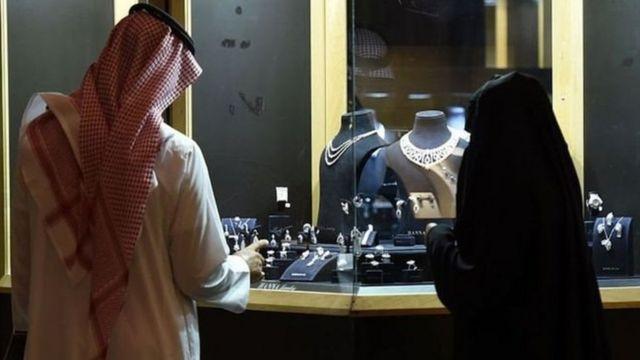 زوج سعودی در حال تماشای ویترین طلافروشی