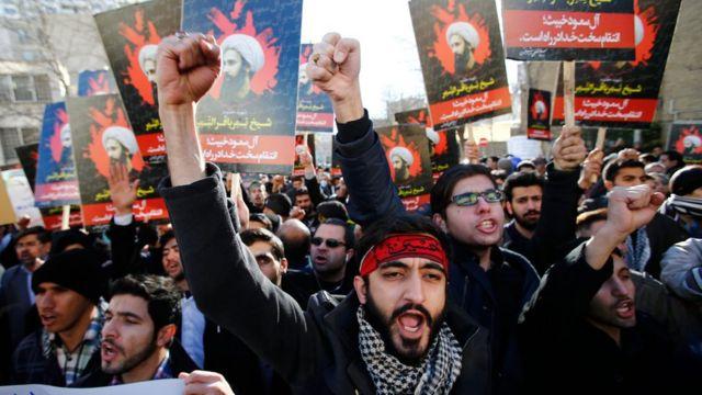 テヘランのサウジ大使館前でシーア派指導者の死刑執行に抗議するデモ隊(3日)