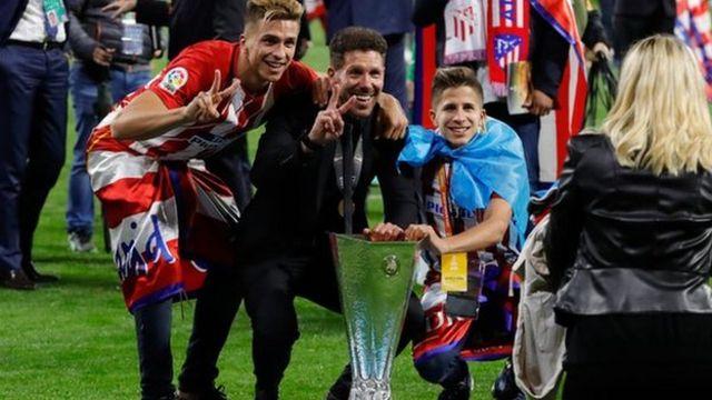 Diego Simeone con dos de sus hijos.