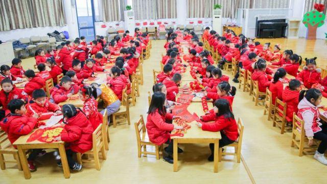 Дети в одной из школ в провинции Цзяньсу. Фотография сделана перед началом новогодних каникул
