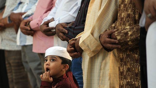 أداء صلاة خلال شهر رمضان في المملكة السعودية