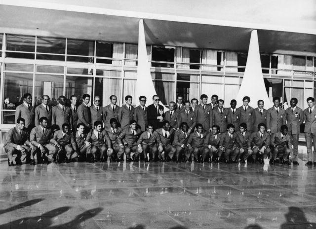 Presidente Médici, ao centro com a taça da Copa do Mundo, e tricampeões no Palácio do Planalto