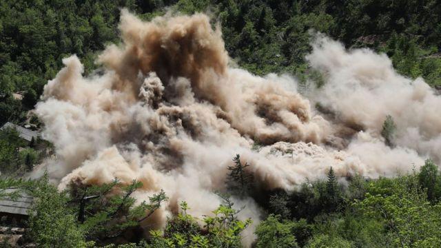 Le site d'essais nucléaires de la Corée du Nord a été démantelé. Le pays a réalisé six essais nucléaires. La rencontre historique entre les présidents américain et Nord-Coréen a été annulé le même jour, annonce faite peu avant l'évènement.