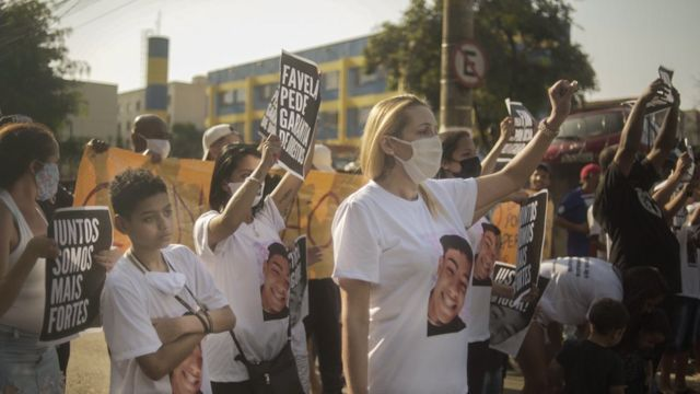 Ana Paula com familiares em protesto contra a morte de Igor