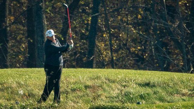 Donald Trump jugando al golf.