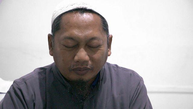 Hassan faz oração pedindo perdão