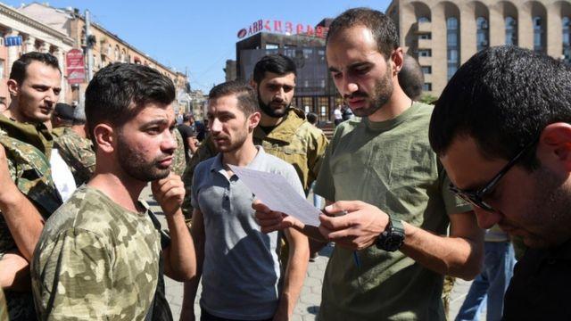 Pazar günü seferberlik ilan edilen Ermenistan'da orduya katılmak isteyen gönüllüler başkent Erivan'da toplandı