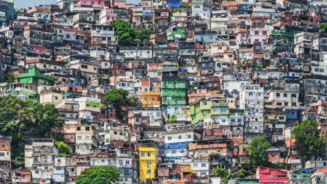 Casas coloridas em uma favela densamente ocupada