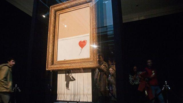 2018年,班克斯把切碎的作品命名为《爱在垃圾桶里》,在苏富比向公众展出 | Getty Images